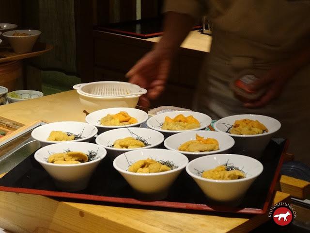 Belles assiettes d'oursins dans un restaurant de sushi à Otaru