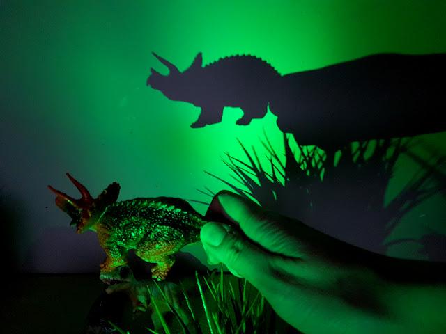 dinozaurowy teatrzyk cieni - zabawa z dzieckiem