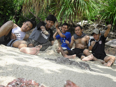 Bersama kawan di pantai batu putih karimunjawa