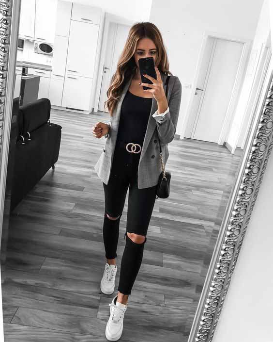 Calça preta, blazer cinza alongado e tênis branco