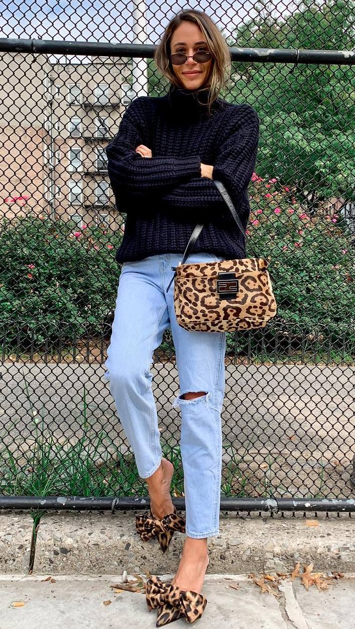 awesome fall outfit idea | black oversized sweater + boyfriend jeans + leopard details