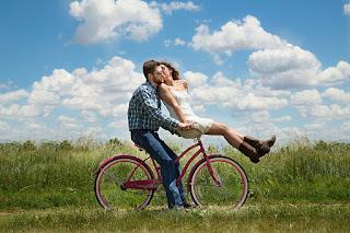 Eine glückliche Beziehung ist unbeschwert. Die Partner gehen ohne Vorbehalte liebevoll miteinander um.