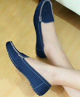Sepatu flat menjadi model pilihan untuk dipakai ke kampus