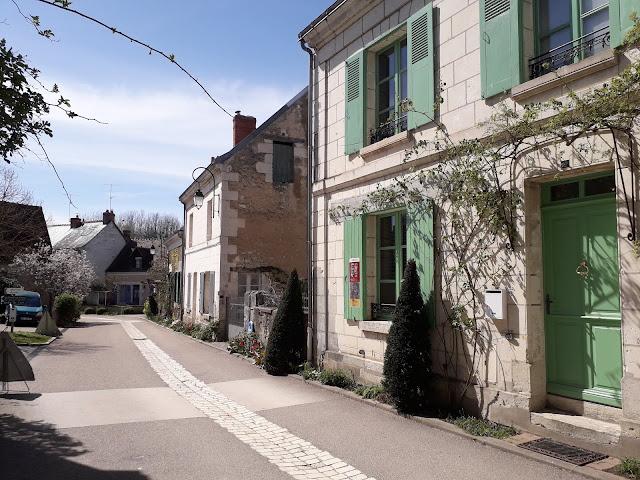 houses in street scene in Chedigny