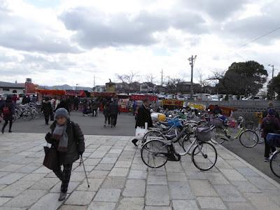 成田山節分祭 山門前に並ぶ屋台