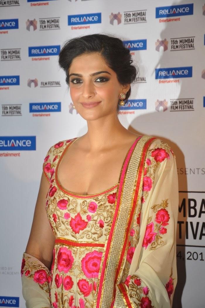 Sonam Kapoor Hot Cleavage Show Pics At Mumbai 15Th -4104