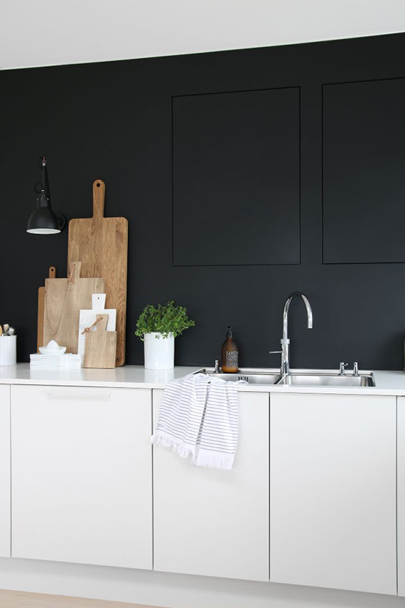 Black kitchen wall | Therese Knutsen