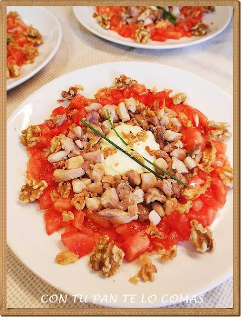 ensalada de pollo con nueces y tomates