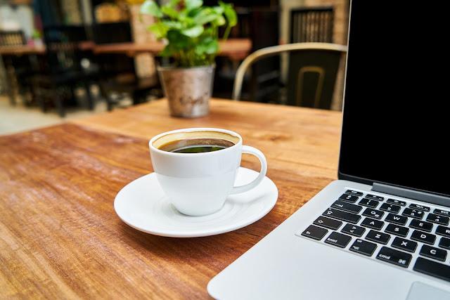 café ordinateur bureau travail pause
