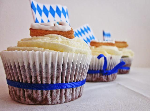 Drei Cupcakes von der Seite