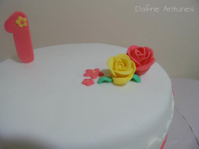 bolo com rosas para aniversário de um ano