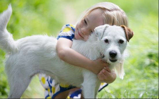 Niña abrazando a un perro