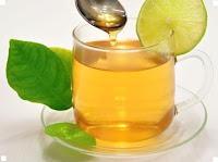 Стакан тёплой воды с лимоном и мёдом.
