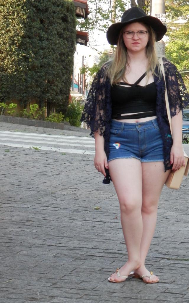 Look: Shorts com patches e kimono rendado