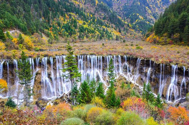 Vào mùa xuân tuyết bắt đầu tan ra, du khách tới đây được tận hưởng thời tiết dễ chịu và ngắm nhìn những loài hoa hoang dã đầy màu sắc nở trong thung lũng và những ngọn núi. Thác nước Nuoriliang ở Cửu Trại Câu là một trong những thắng cảnh nổi bật nhất của Trung Quốc, thu hút du khách từ khắp nơi trên thế giới. Ngoài ra thác Nuoriliang còn nổi tiếng nhờ từng được chọn làm cảnh quay trong phim Tây Du Ký. Năm 1992, nơi đây đã được UNESCO công nhận là di sản thế giới.
