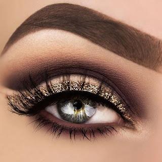Tendencias de maquillaje para chicas en Instagram - Cejas super definidas y delineado de ojos intenso con glitter