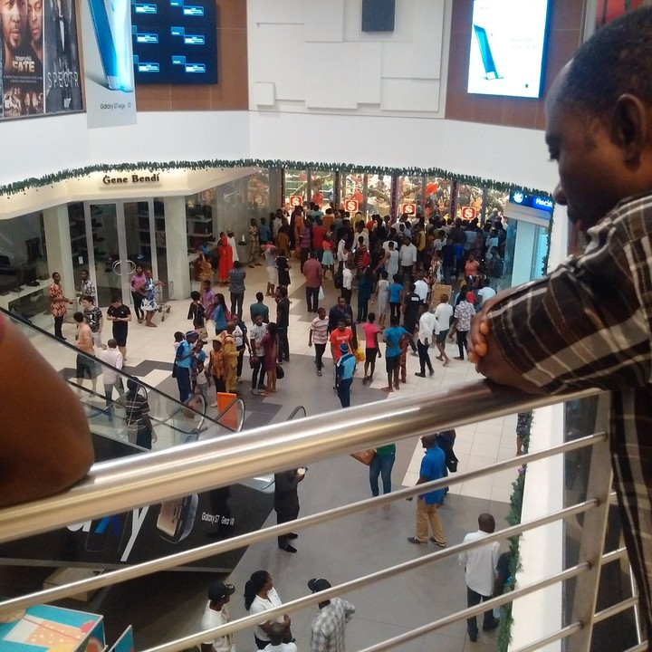 Lagosians Overcrowd Shoprite Mall In Ikeja Over Black Friday 40% Discount