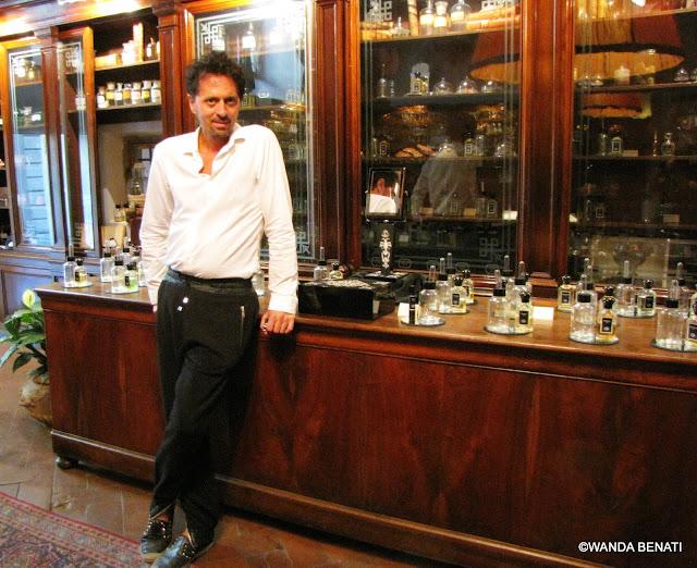 Firenze, Sileno Cheloni nel suo negozio Aquaflor