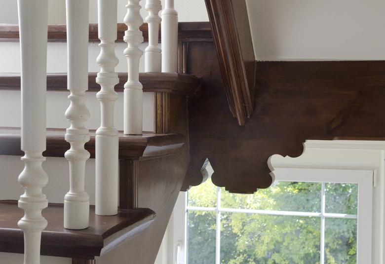 odnowione i pomalowane schody, klatka schodowa kamienicy