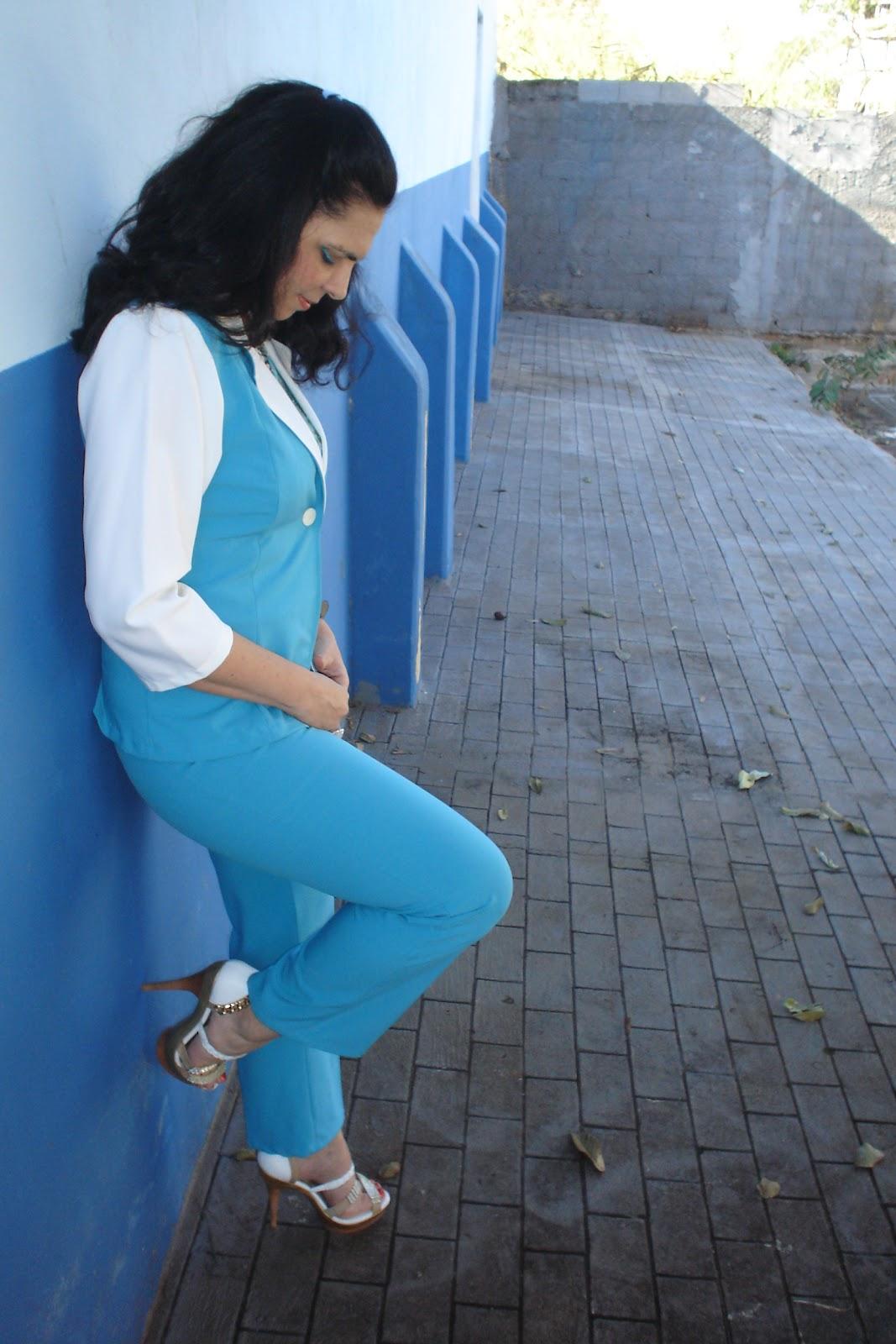 1c8f6e4b32 Coloquei um conjunto de alfaitaria composto de calça azul claro e blazer  azul e branco