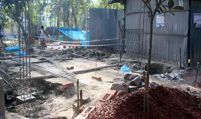 শাহজাদপুরে সরকারি জায়গা দখল করে বহুতল ভবন নির্মাণ