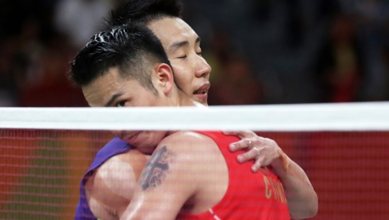 Lee Chong Wei berpelukan dengan Lin Dan