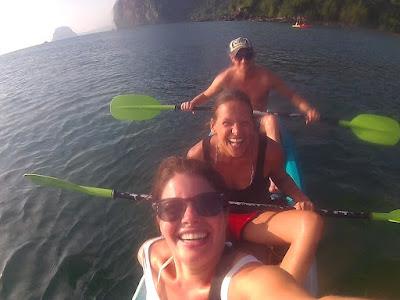 Foto van Ellis en reisgenoten kajakkend naar de Emerald Grot op Ko Mook