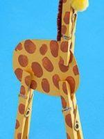 http://homemanualidades.net/como-hacer-una-jirafa-con-pinzas-de-ropa/