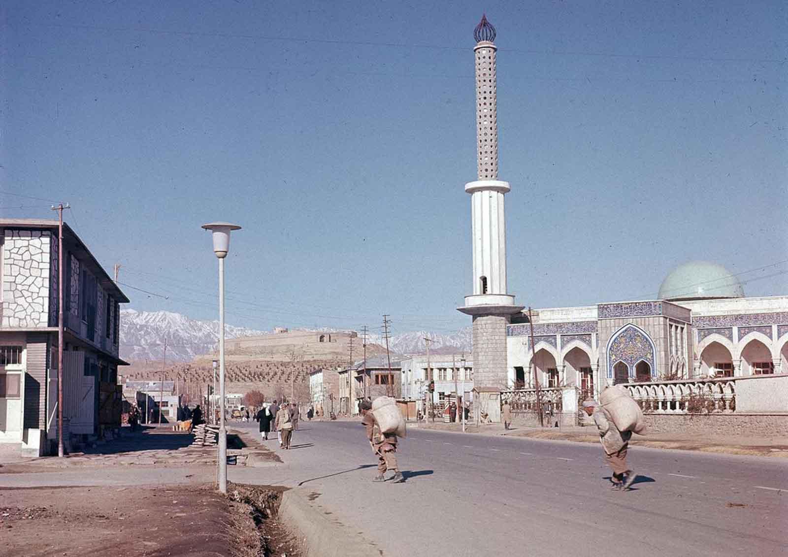 Vista de una de las nuevas mezquitas erigidas en el suburbio de Kabul, en noviembre de 1961.