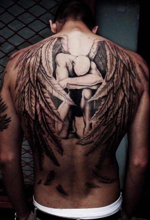 Triste imagen de un hombre abatido y el tatuaje de un Angel caido
