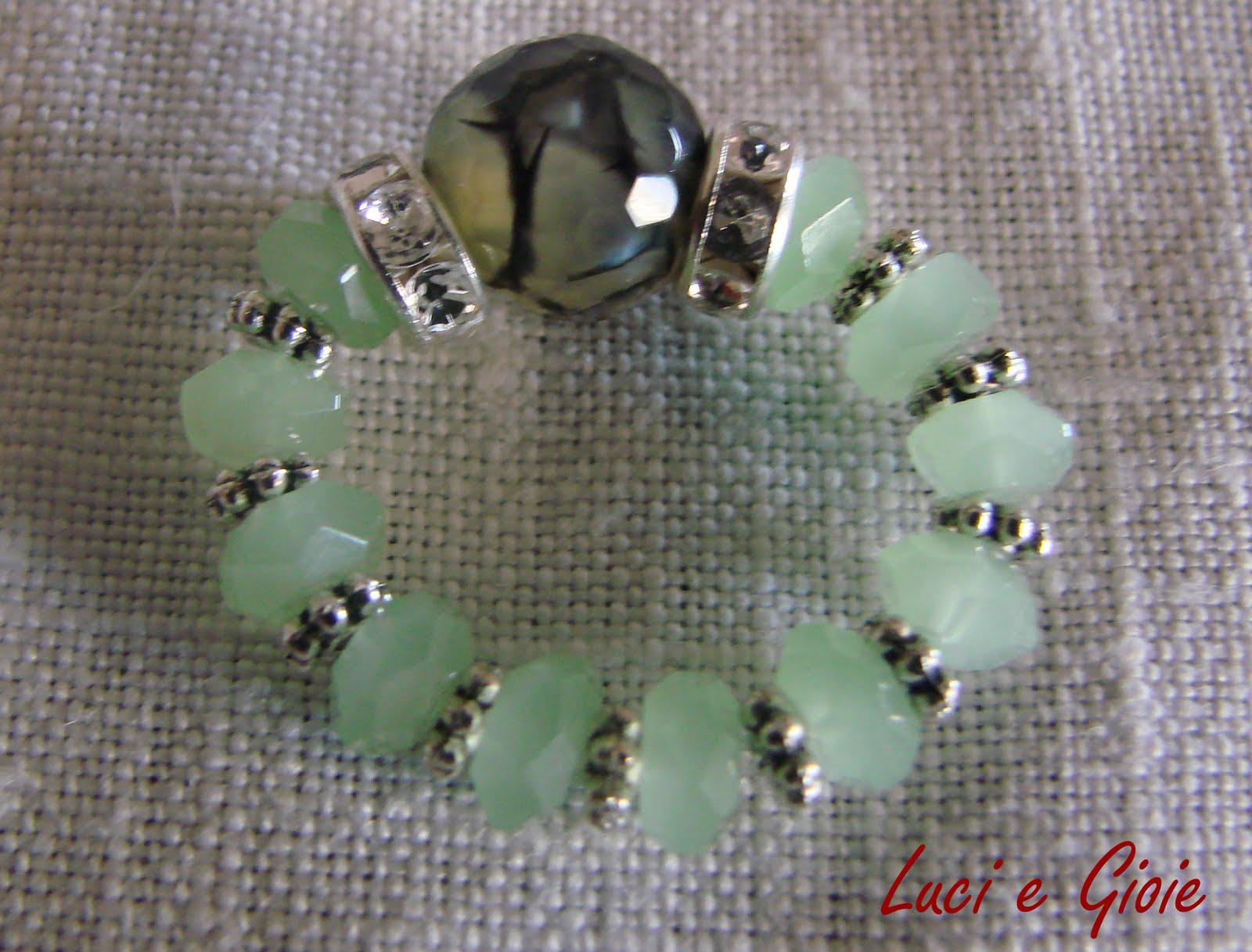 78e2d402a33f44 Anello semplice con fascia di perline e due rondelle con un'agata di fuoco  verde centrale. Simpatico e bello da indossare. Carino anche nella versione  con ...