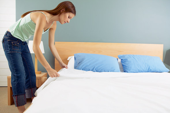 रात्रि-में-बिस्तर-अवश्य-साफ़-करें-image