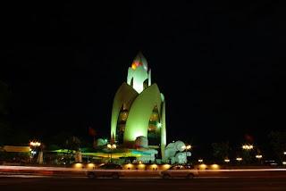 Torre Tram Huong de noche (Nha Trang)