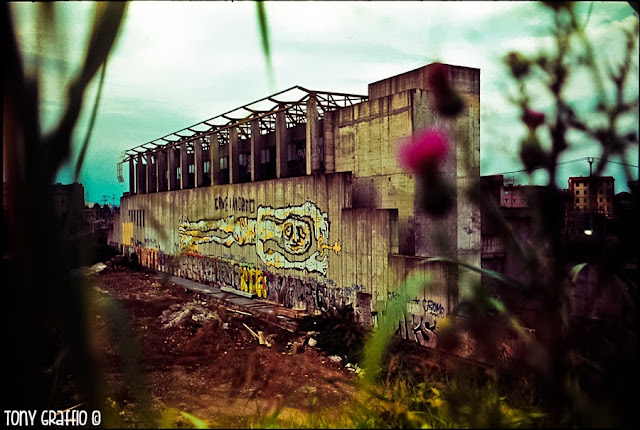 Graffito di uomo con chiave in mano