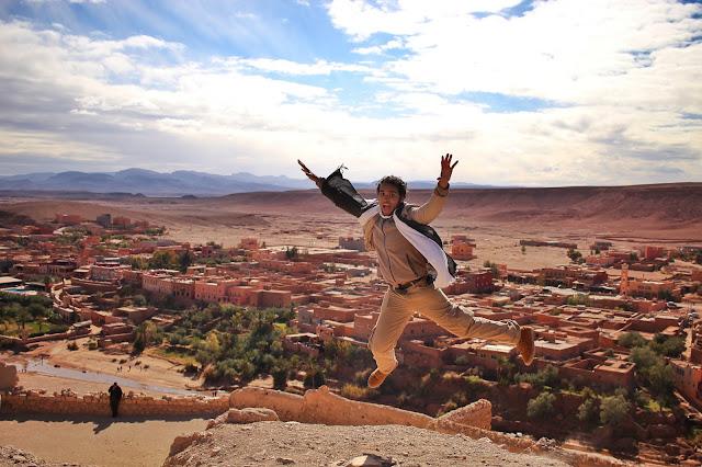 Pulando no topo do casbá Ait-Ben Haddou.