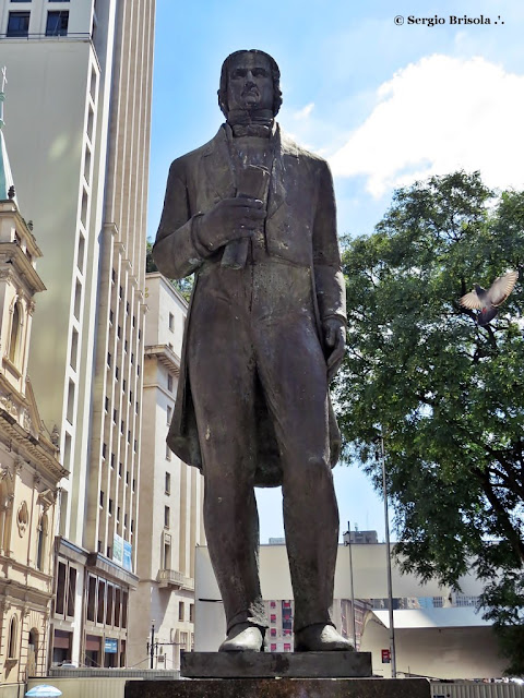 Close up da Escultura José Bonifácio na Praça do Patriarca - Centro - São Paulo