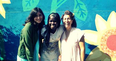 Foto de Belén junto a su hija Claudia y una de las niñas del proyecto