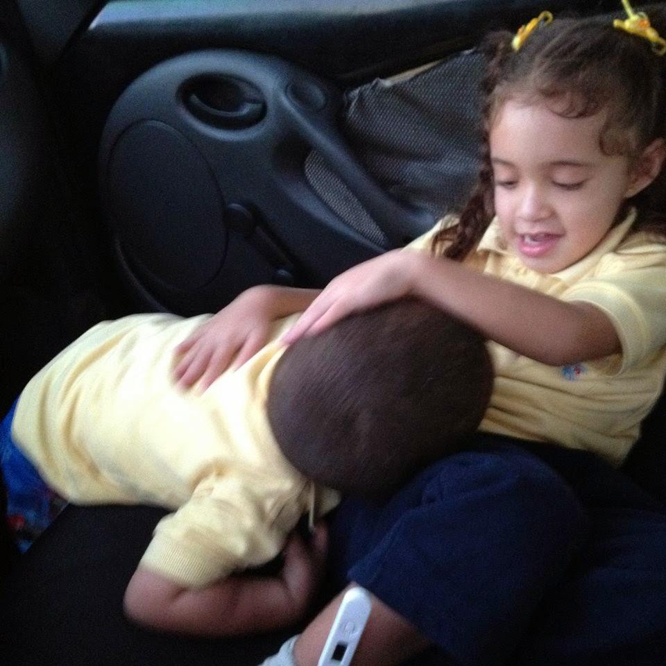 Fabian y Sophia jugando en el carro