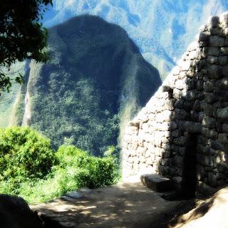 Construção Inca e Putucusi ao Fundo - Machu Picchu [Peru]
