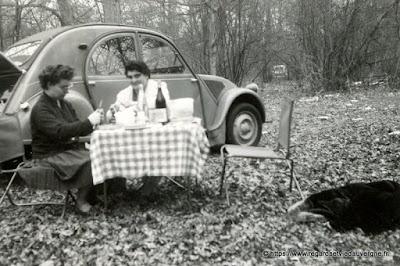 Photo noir et blanc : pique-nique en 2CV.