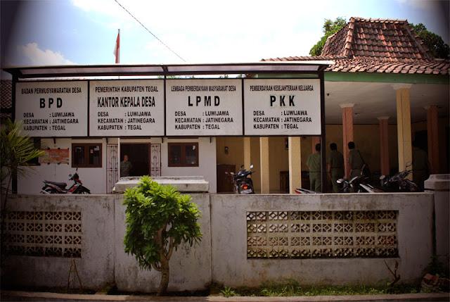 Kabupaten Tegal yakni sebuah kabupaten di Jawa Tengah yang dibagi menjad  Kecamatan dan kelurahan di Kabupaten Tegal