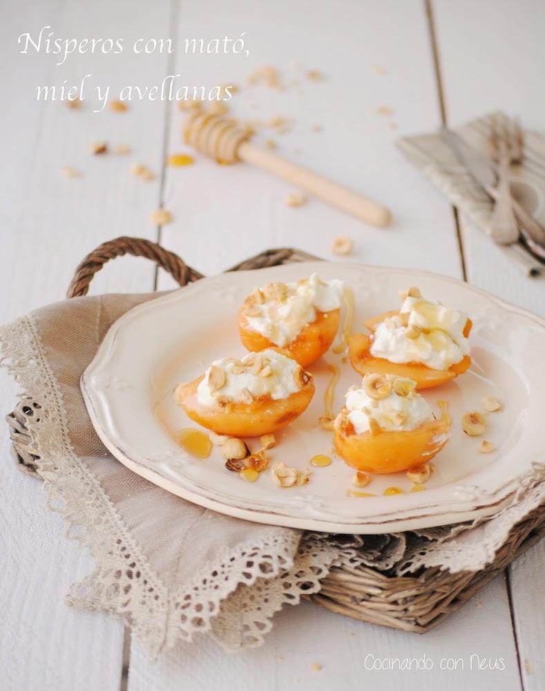 Nísperos con cremoso de mató, miel y avellanas