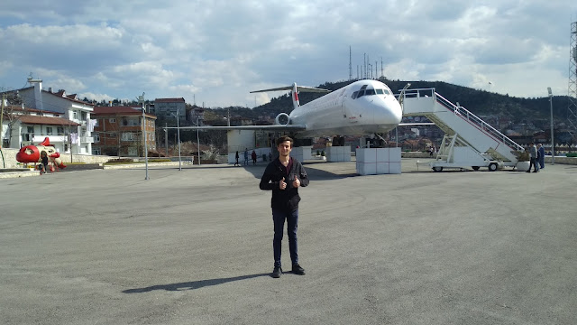Harun İstenci Kastamonu'da Millet Kıraathanesi'ne dönüştürülen eski Boeing 717 tipi yolcu uçağının önünde. Kastamonu - Nisan 2019