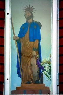 Ludowa rzeźba św. Rocha z 1872 r. w kapliczce wnękowej w Lubiewie
