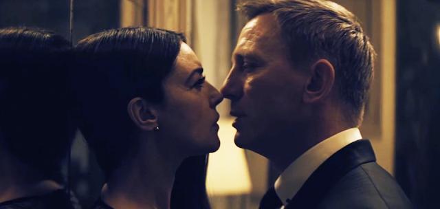 La Roma, James Bond, o întâlneşte pe Lucia Sciarra (Monica Bellucci)