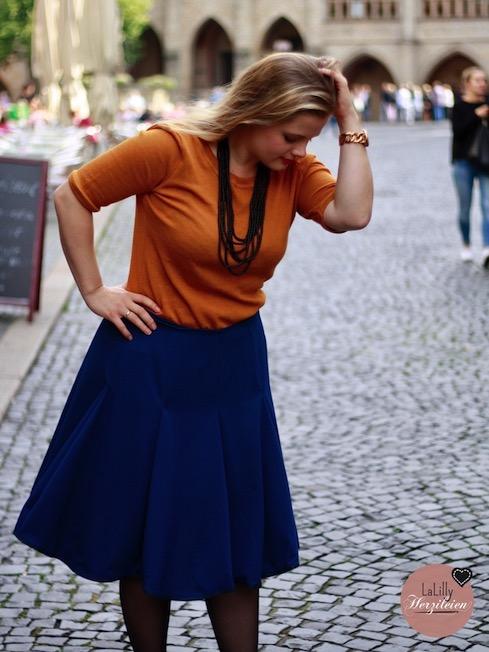 Frau Nikki ist ein raffiniertes Pullover Schnittmuster mit Rückenausschnitt. Aus Wolljersey in gelborange ist der Damenpullover ein echtes Highlight für die Herbstgarderobe!