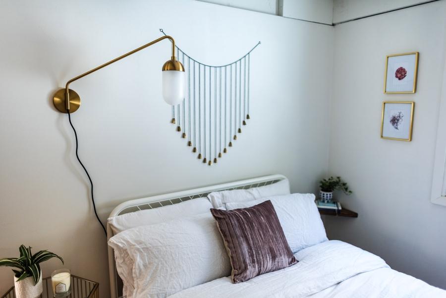 Skandynawski dom z elementami boho - wystrój wnętrz, wnętrza, urządzanie mieszkania, dom, home decor, dekoracje, aranżacje, minty inspirations, styl skandynawski, naturalne drewno, drewniana podłoga, boho, scandinavian style, otwarta przestrzeń, drewniane belki, sypialnia, bedroom, łóżko