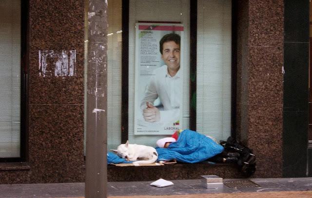 Una persona sin hogar duerme en la calle en Barakaldo