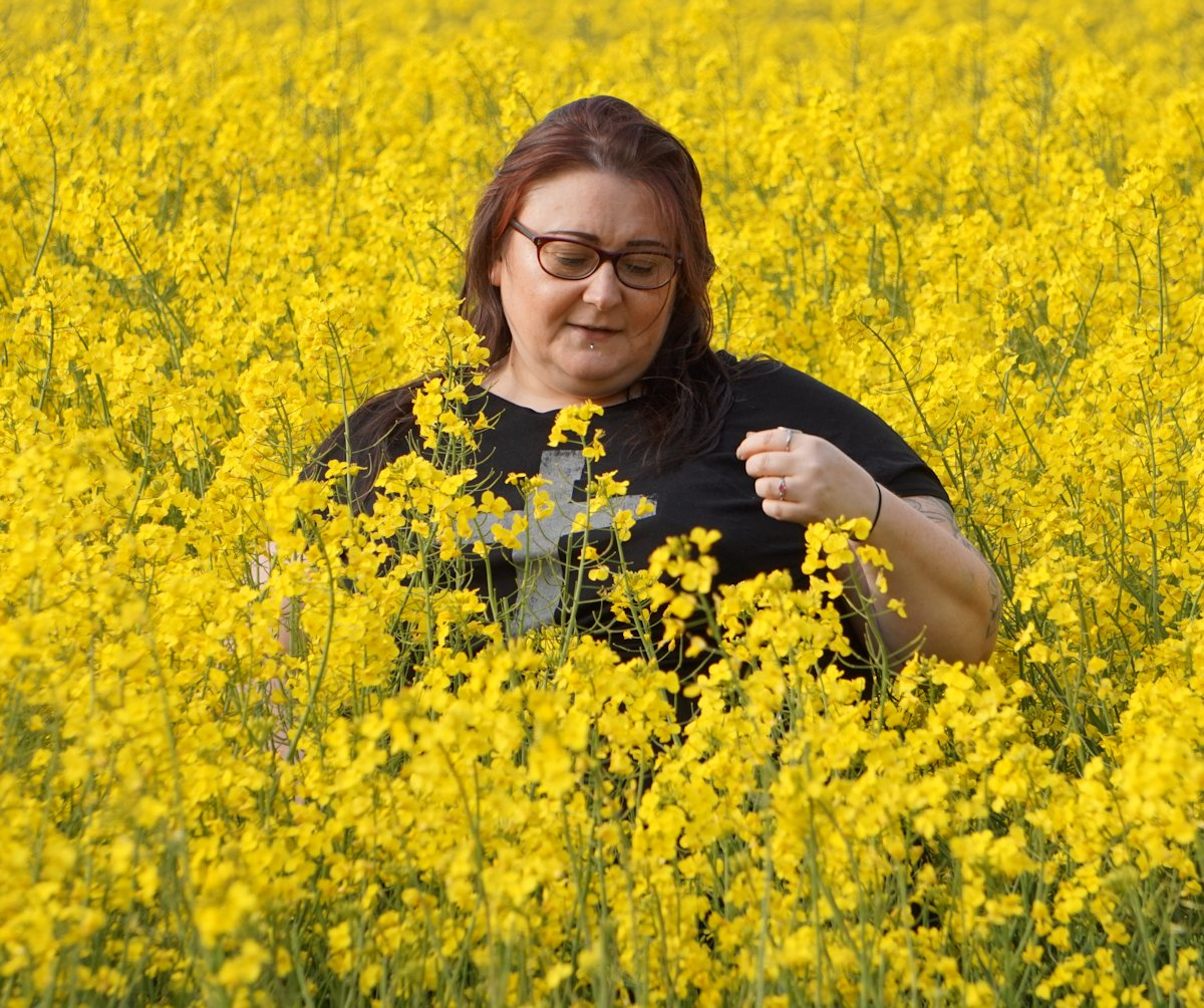 LOVE-LEAH-PLUS-SIZE-BLOGGER-IN-RAPESEED-FIELD // WWW.XLOVELEAHX.CO.UK