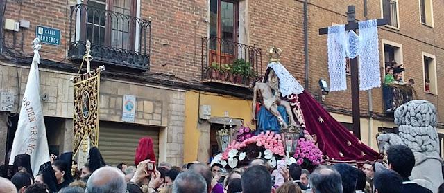 Nuestra Señora del Mercado saliendo de su iglesia en la Calle Herreros el Viernes de Dolores. Foto G. Márquez